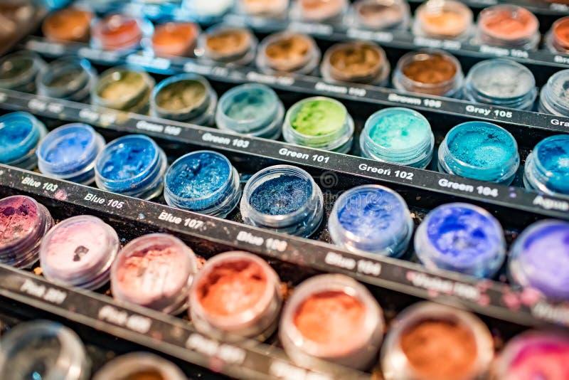 Ð-¡ ollectionen av olika färger för akrylpulver för spikar closeupen royaltyfri foto