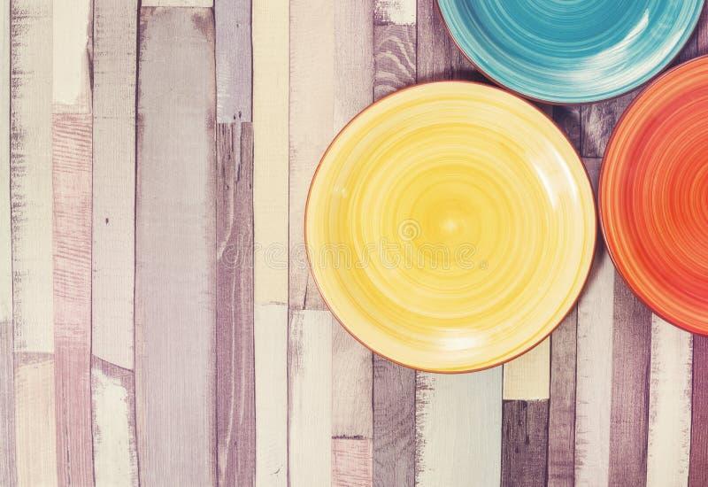 Ð-¡ olored Platten auf dem hölzernen Hintergrund stockfotografie