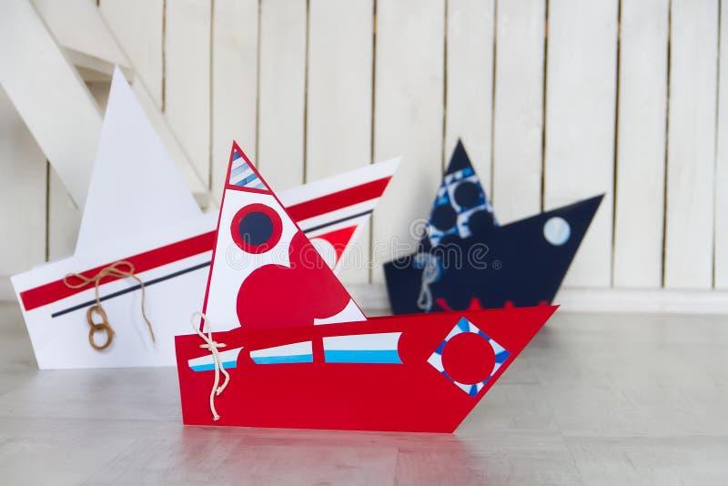 Ð ¡ olorful papierowe łodzie na drewnianej podłoga fotografia stock