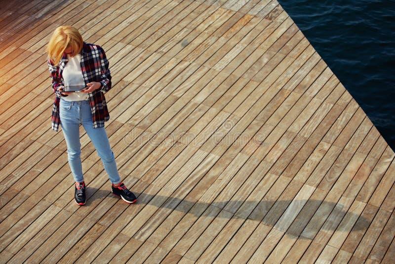 Ð ¡ pikapu studencka dziewczyna trzyma cyfrową pastylkę zdjęcia stock