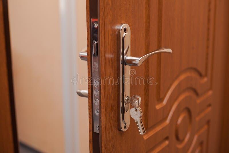 Ð  rmored wejściowego drzwi z kluczem w kędziorku obrazy royalty free