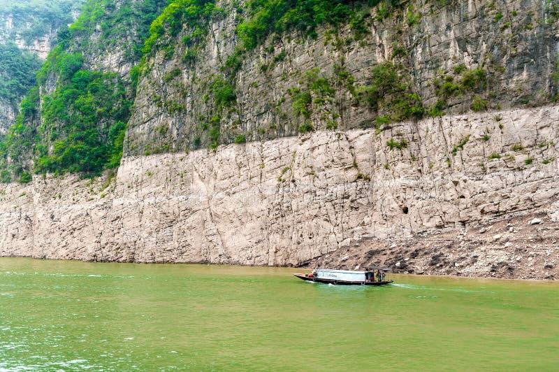 Download Ðoat Jest Pławikami Na Halnym Rzecznym Yangtze Obraz Stock Editorial - Obraz złożonej z kamień, łódź: 28950439