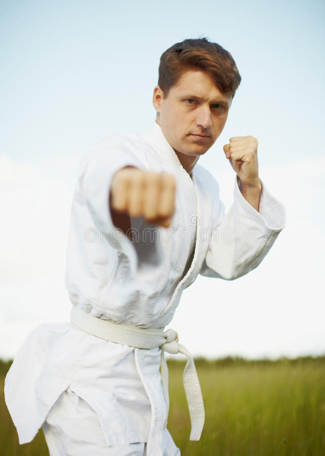 Ðoung Mann nimmt an Karate teil lizenzfreies stockbild