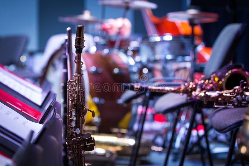 Саксофоны на этапе Интермиссия на концерте, конец-вверх стоковые изображения rf