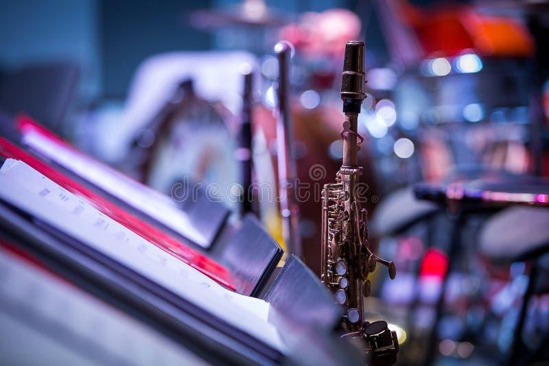 Саксофоны на этапе Интермиссия на концерте, конец-вверх стоковая фотография rf