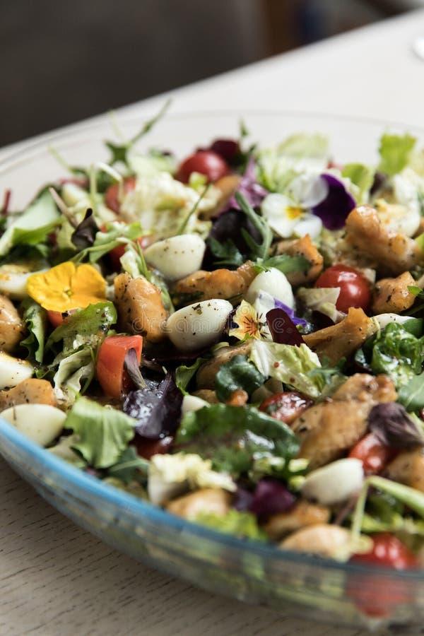 Салат со сваренными овощами с мясом Деревянная предпосылка Взгляд сверху стоковые изображения rf