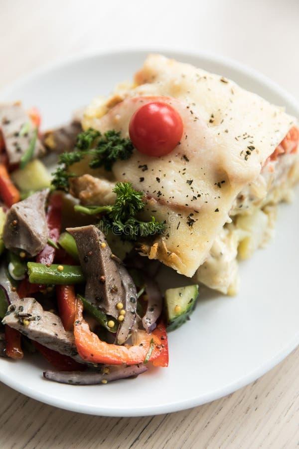 Салат со сваренными овощами с мясом Деревянная предпосылка Взгляд сверху стоковые фото