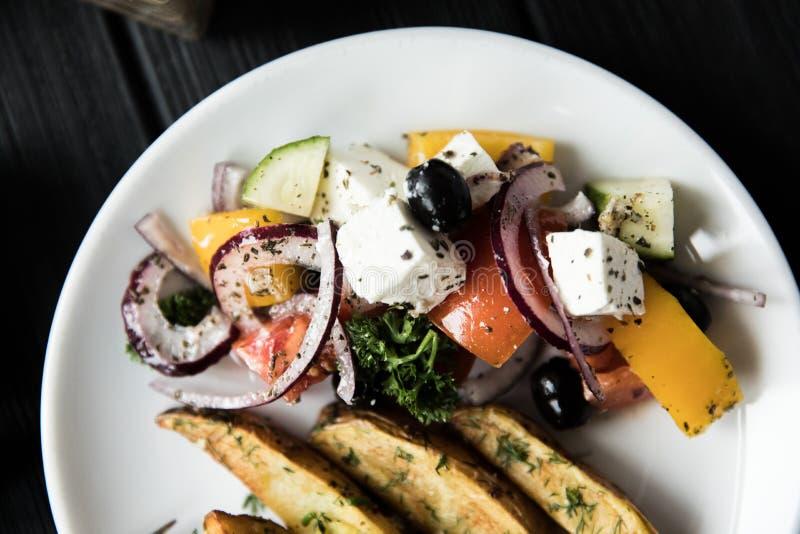 Салат со сваренными овощами с мясом Деревянная предпосылка Взгляд сверху стоковое фото rf