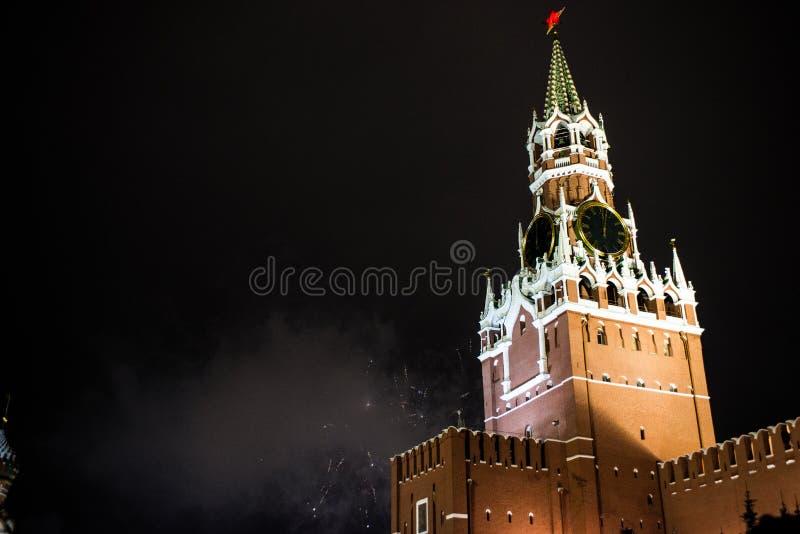 Салют в честь Нового Года 2019 на красной площади против Кремля, башне Spasskaya стоковые изображения rf