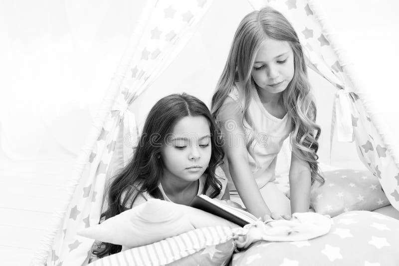Самые лучшие книги для детей прочитанные дети книги кровати Читать перед кроватью может помочь спать лучше на ноче Рассказы кажды стоковое изображение