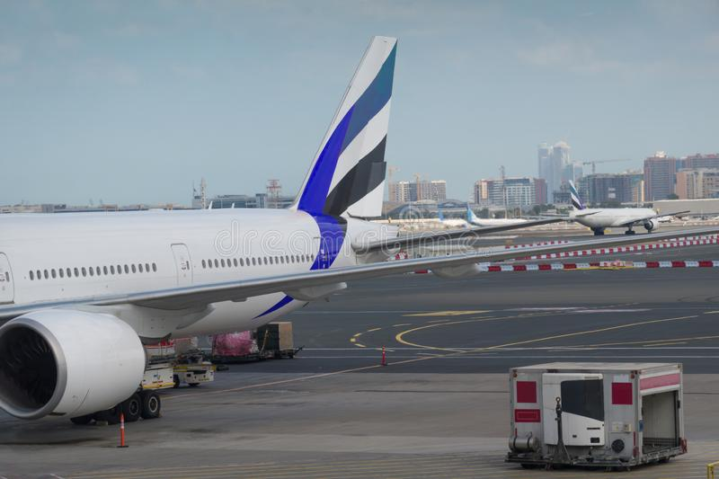 Самолет вне сцены окна аэропорта, ждать полет стоковое фото rf