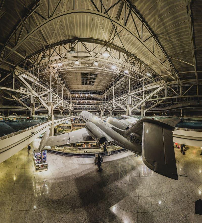 Самолет на дисплее внутри терминала международного аэропорта Денвер стоковая фотография rf