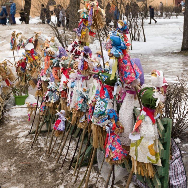 Санкт-Петербург, Россия, 10-ое марта 2019 Видеть зиму в крепости Питер и Пол, традиционная фольклорная русская кукла Shrovetide стоковое изображение rf