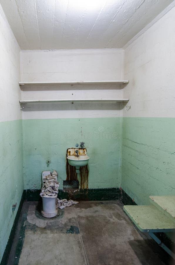 САН-ФРАНЦИСКО, КАЛИФОРНИЯ: Внутренний взгляд тюремной камеры в тюрьме Алькатраса в Сан-Франциско Californa стоковое фото
