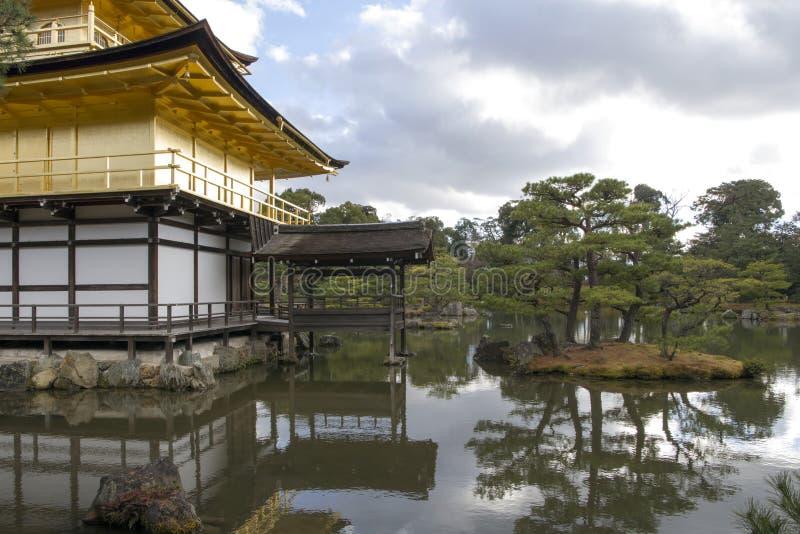 Сад на виске Kinkakuji в Киото, Японии стоковая фотография