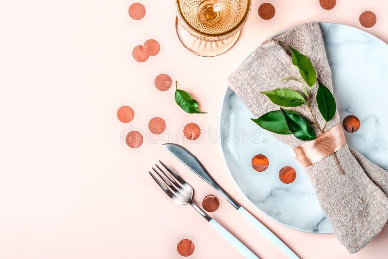 Свадьба или праздничная сервировка стола в естественном стиле расположение красивейшее стоковые изображения