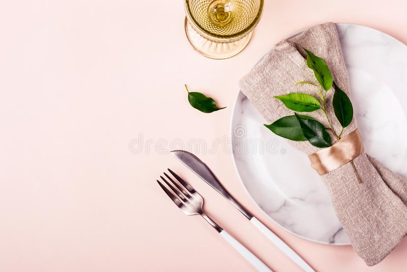 Свадьба или праздничная сервировка стола в естественном стиле Расположение Minimalistic стоковые изображения rf