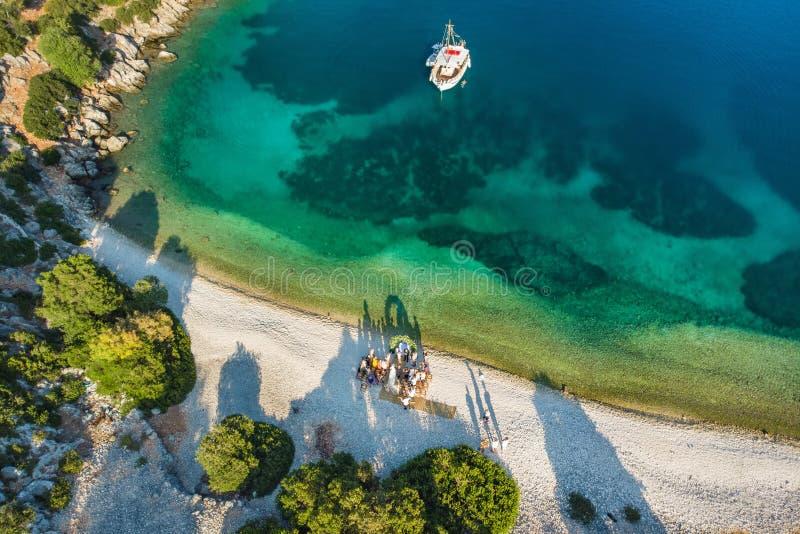 Свадьба назначения на пляже Сценарный вид с воздуха живописной неровной береговой линии Kefalonia с ясными водами бирюзы стоковое фото rf