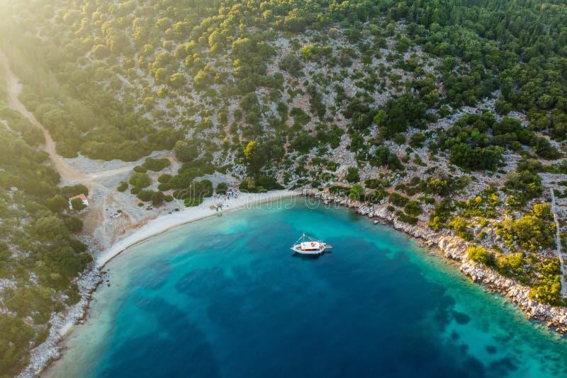 Свадьба назначения на пляже Сценарный вид с воздуха живописной неровной береговой линии Kefalonia с ясными водами бирюзы стоковые фотографии rf