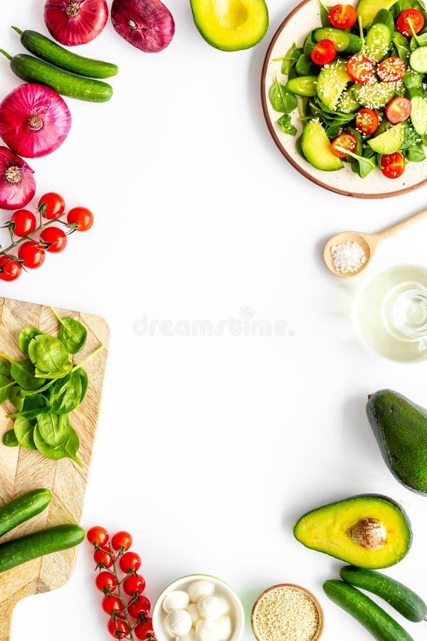 свежая жизнь подготовляя салат все еще Овощи, зеленые цвета, специи на белой рамке космоса экземпляра взгляда сверху предпосылки стоковые фото