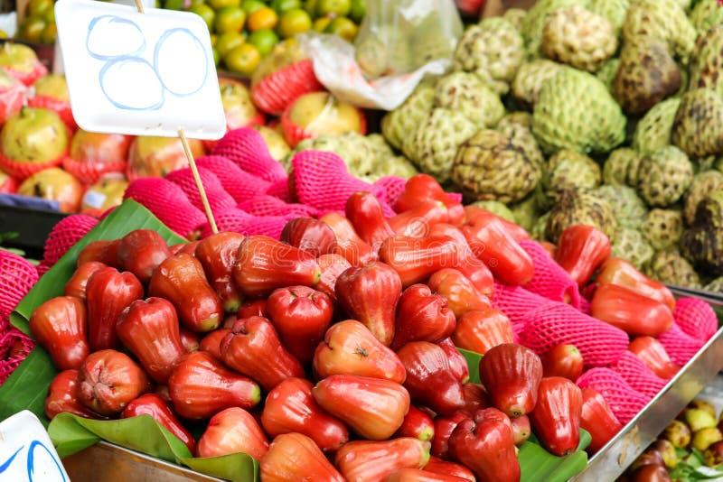 свежий несколько плодов на еде улицы в сельском местного рынка стоковые изображения