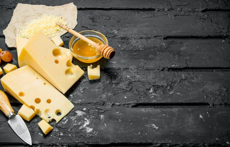 Свежий сыр и мед стоковые фотографии rf