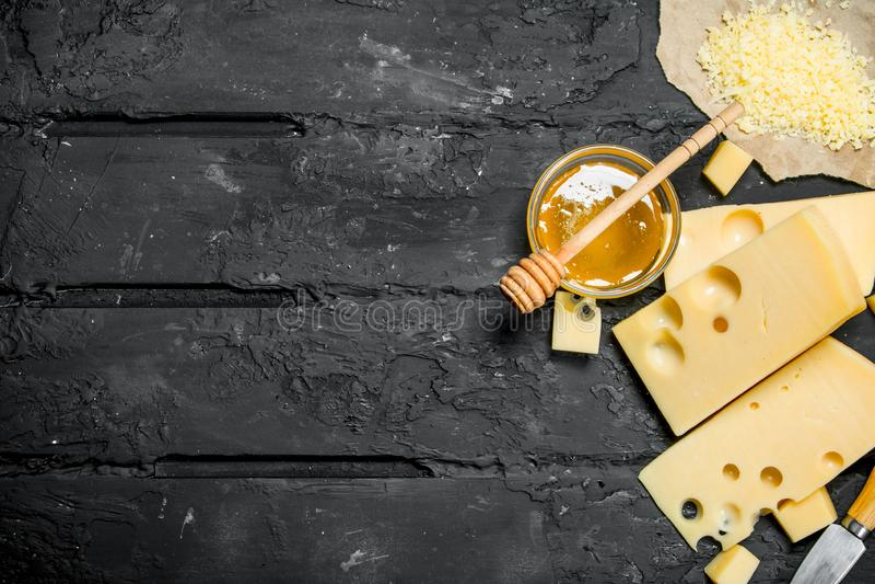Свежий сыр и мед стоковая фотография rf