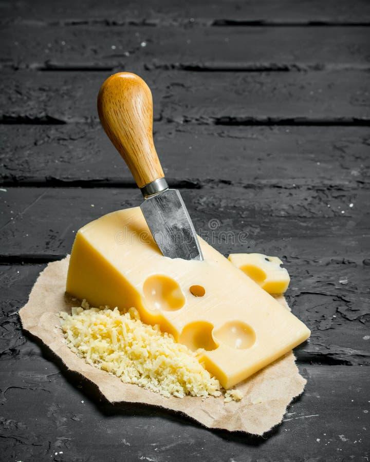 Свежий сыр с ножом стоковые изображения rf