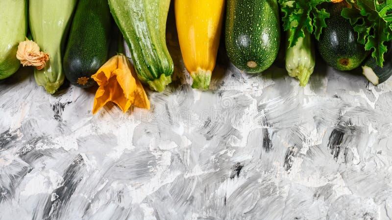 Свежий цукини на древесине Органические овощи на рынке фермера, courgette сжатом летом установьте текст стоковая фотография rf