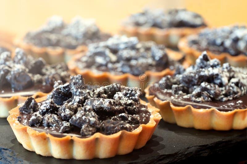 Свежий, очень вкусный домодельный пирог шоколада с фундуками стоковое изображение