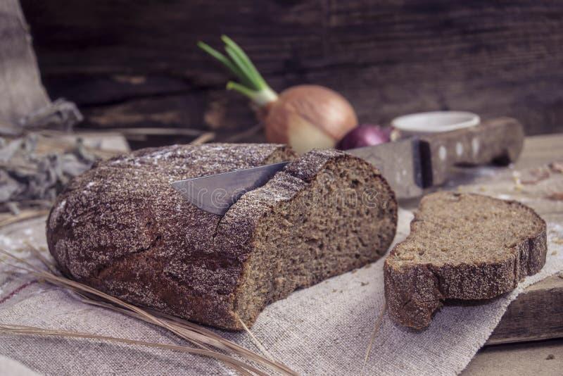 Свежо испеченный хлеб рож на деревенской предпосылке стоковые изображения