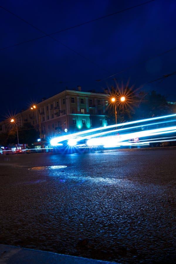 Светлые следы автомобиля поворачивая дальше перекресток широкоформатный стоковое изображение rf
