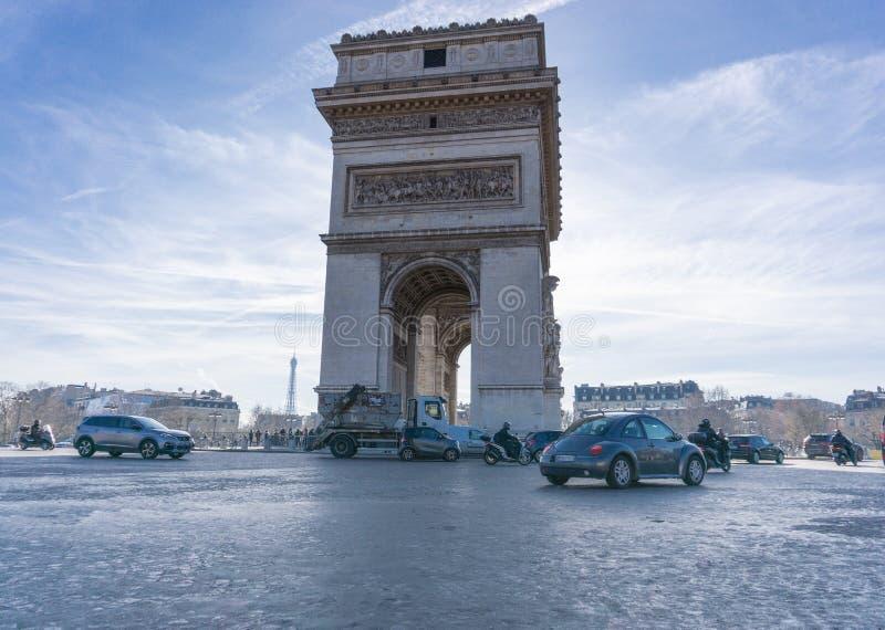 Свет движения Триумфальной Арки Парижа горизонтальным отраженный фото стоковое фото rf