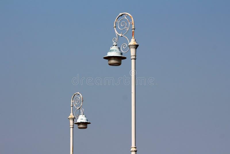 Свет 2 стилей барокко - серые общественные света установленные на заржаветых чугунных украшенных поляках стоковое фото rf
