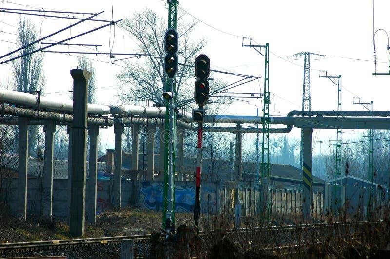 Светофоры с длинными проводами прикрепленными в конкретные кучи стоковые фотографии rf