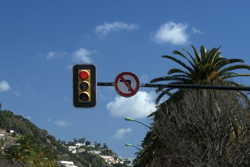 Светофор против голубого неба Красный цвет светофора Поворачивая левая сторона запрещена стоковое изображение