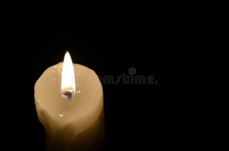 Свеча на черной предпосылке стоковые изображения rf