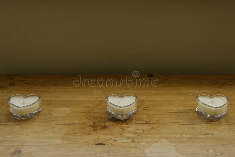 Свечи в стекле сердца форменном стоковые фотографии rf