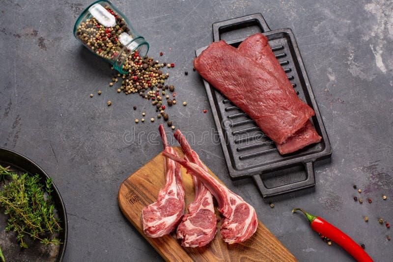 Свинина с нервюрами tenderloin Entrecote Свежий и сырое мясо Натуральные продукты Мясо со специями: перец, чили, растительность стоковая фотография rf