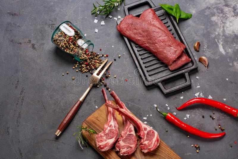 Свинина с нервюрами tenderloin Entrecote Свежий и сырое мясо Натуральные продукты Мясо со специями: перец, соль, лист залива стоковое изображение rf
