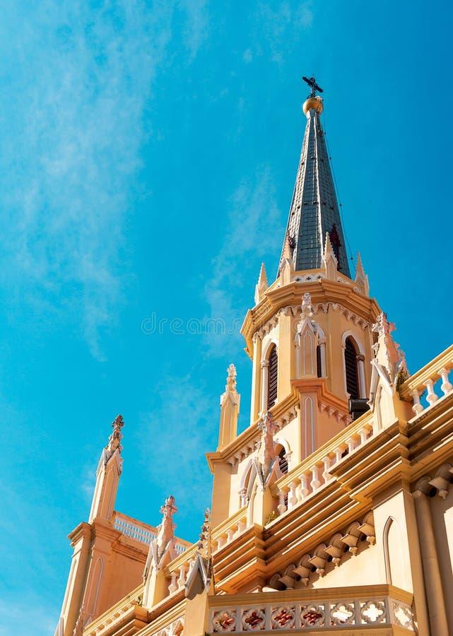 Святой steeple церков розария и перекрестная предпосылка ориентира стоковое фото rf