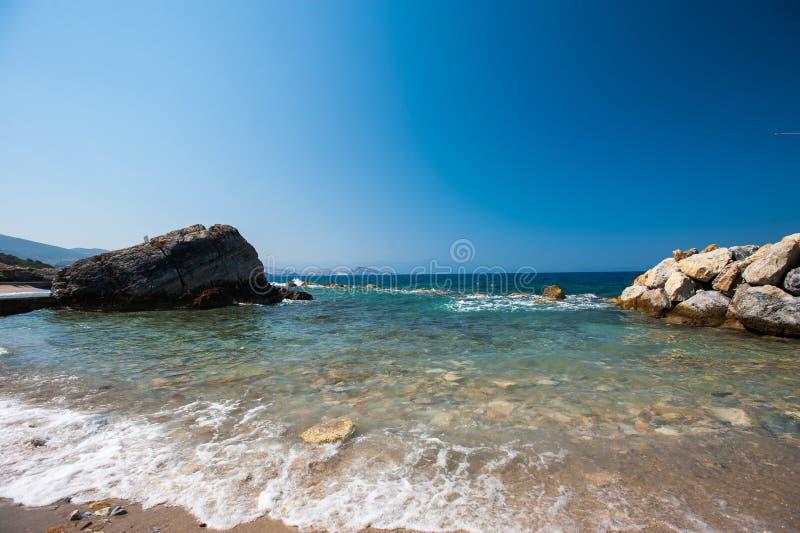 Свободный полет с камнями Перерывы воды через камни стоковые фотографии rf