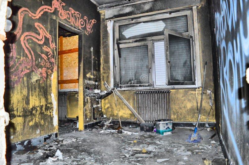Сгорели комната в получившемся отказ здании стоковые изображения rf