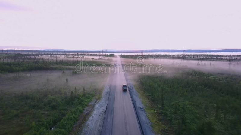 Северная русская дорога летом в лесах, воздушной съемкой стоковые изображения rf