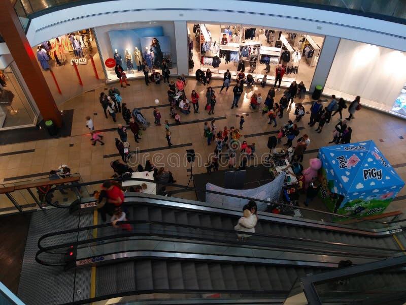 Семьи приходят к партии в торговом центре Праги стоковые изображения