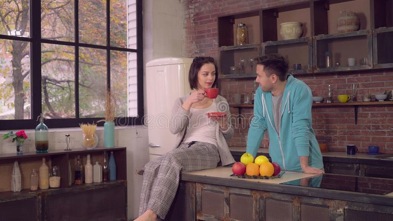 Семья наслаждается утром в квартире стоковое изображение rf