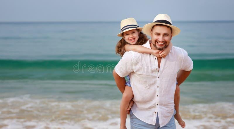 семья пляжа счастливая объятие дочери отца и ребенка на море стоковые изображения