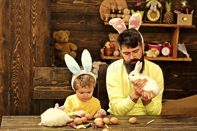 Семья счастливого кролика пасхи с ушами зайчика стоковая фотография
