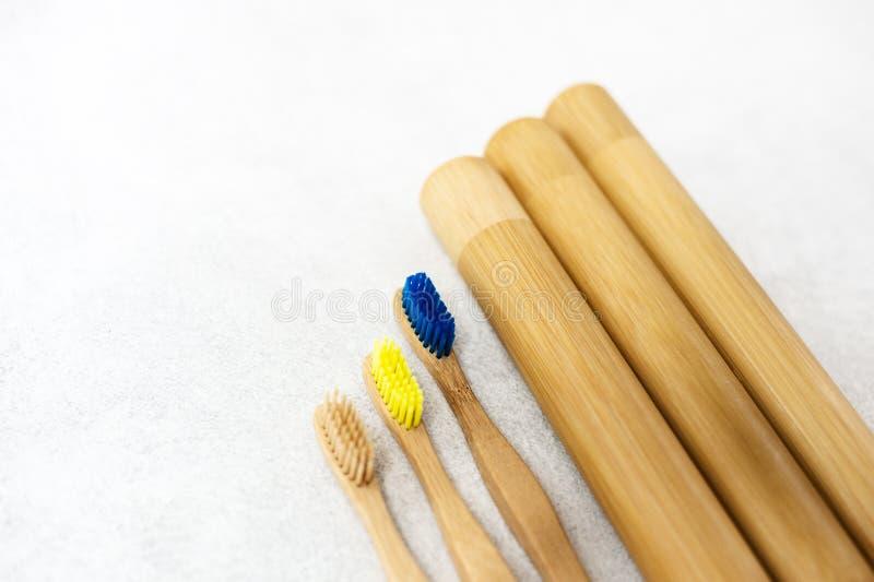 Семья установила деревянных бамбуковых зубных щеток на белой предпосылке стоковые фотографии rf