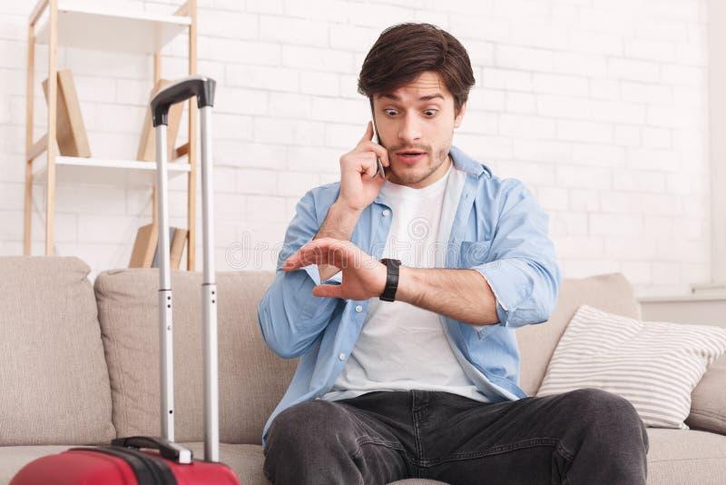 Сердитый туристский вызывая телефон, поздно для полета стоковая фотография